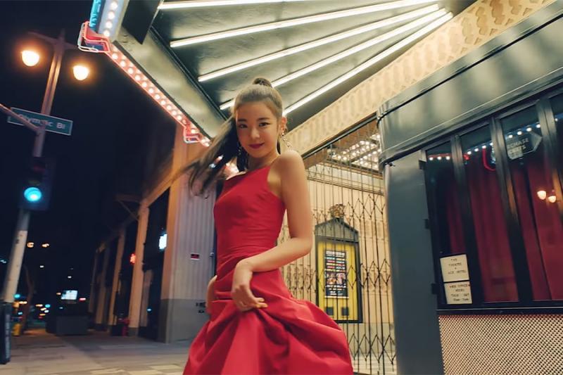 Kwikku, Dress merah mengagumkan menambah pesona elegan