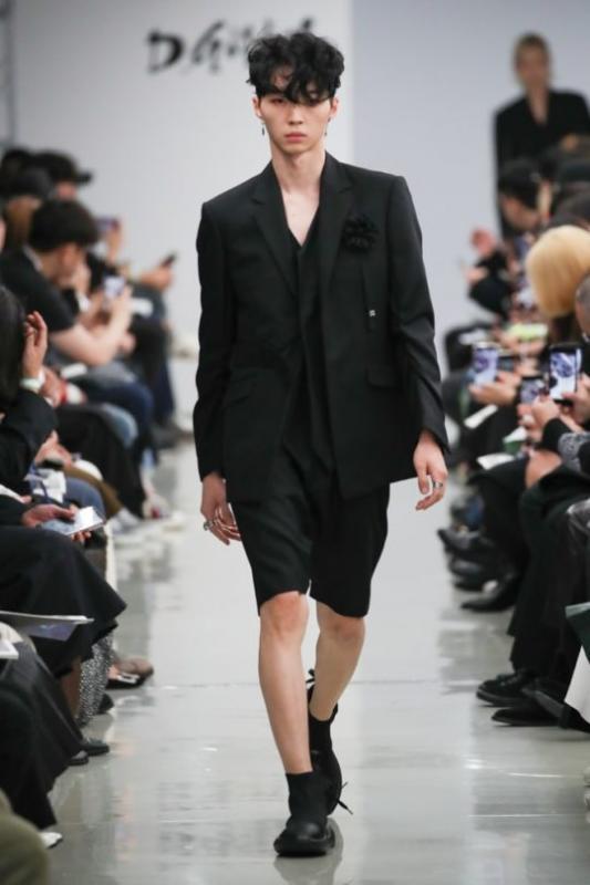 Kwikku, Yuri eks Produce X  mengawali karirnya sebagai model Jadi berjalan di atas runway baginya sudah biasa