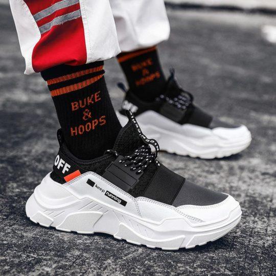 Kwikku, Sneaker dan kaus kaki tebal