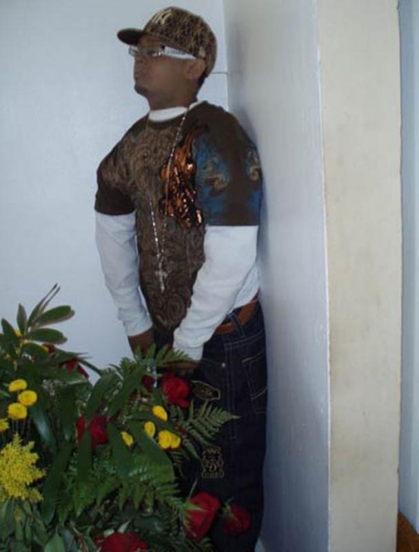 Kwikku, Angel Pantoja Medina yang bersandar di dinding dengan pakaian ala rapper