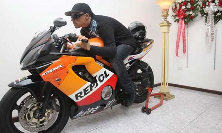 Kwikku, David Morales dengan motor kesayangannya dibalsem dan diposisikan seolah sedang mengendarai motornya