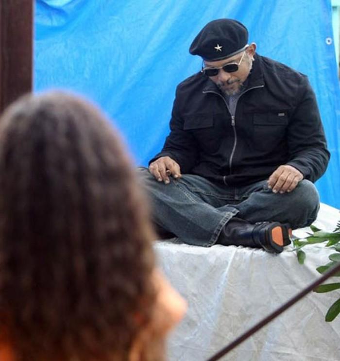 Kwikku, Carlos Cabrera duduk bersial dengan cerutu di tangannya
