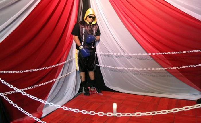 Kwikku, Christopher Rivera Amora dengan pakaian tinjunya dan lengkap dengan ring yang mengelilinginya
