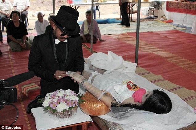Kwikku, Sarinya Kamsook yang didandani sebagai pengantin dan dinikahi Chadil Deffy meskipun sudah meninggal