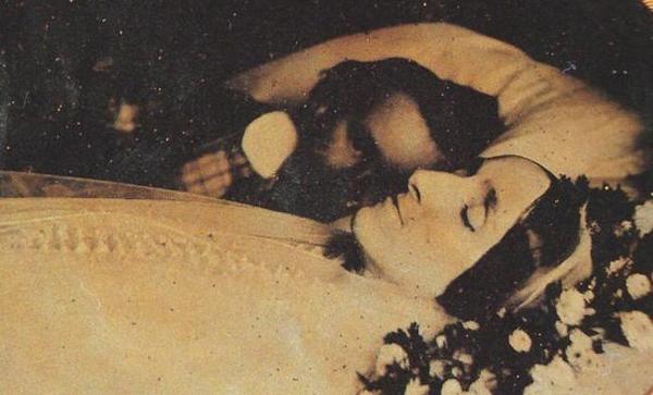 Kwikku, Foto seorang suami dengan Istrinya yang sudah meninggal