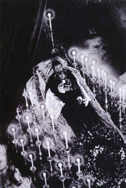 Kwikku, Ini adalah foto Bavarian King Louis II sangat megah dan dipenuhi lilin duka