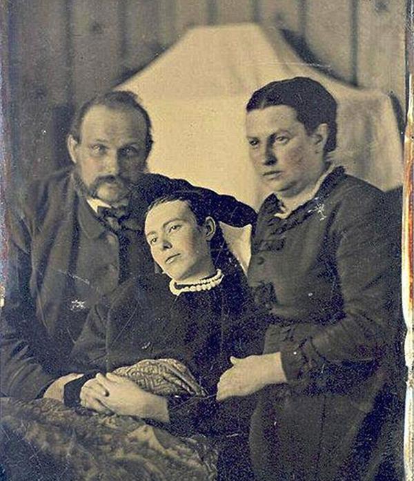 Kwikku, Foto keluarga ayah anak dan ibu yang mana si anak sebenarnya sudah wafat