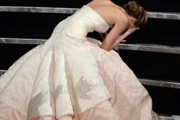 Kwikku, Jennifer Lawrence pas mau nerima piala Oscar Saatsaat yang seharusnya jadi momen membahagiakan dan membanggakan ini jadi hancur deh garagara ceroboh