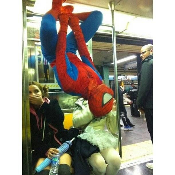 Kwikku, Liat tuh spiderman malah naik angkot Padahal dia kan bisa kesana kemari hanya dengan jaringnya mungkin dia lelah D