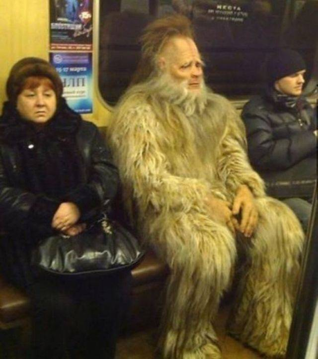 Kwikku, Bulu beneran apa hanya kostum tuh pak Liat deh ekspresi ketakutannya ibu yang duduk di sampingnya Kasiaan haha