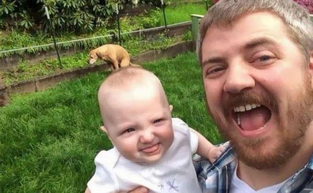 Kwikku, Lagi berfoto bersama sang buah hati pria yang satu ini tidak sengaja mengambil foto yang unik Nampak seekor anjing terlihat seperti sedang duduk di atas kepala sang anak