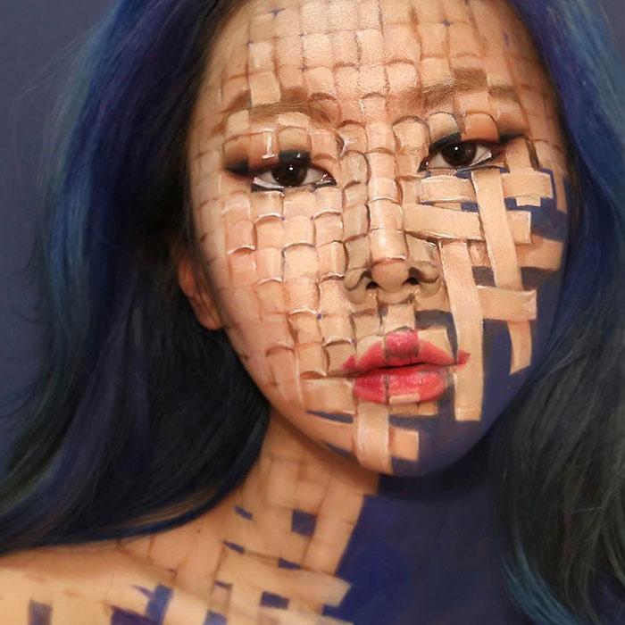 Kwikku, Lukisan di wajahnya dengan motif kotakkotak ini bukanlah suatu karya yang dapat diabaikan begitu saja