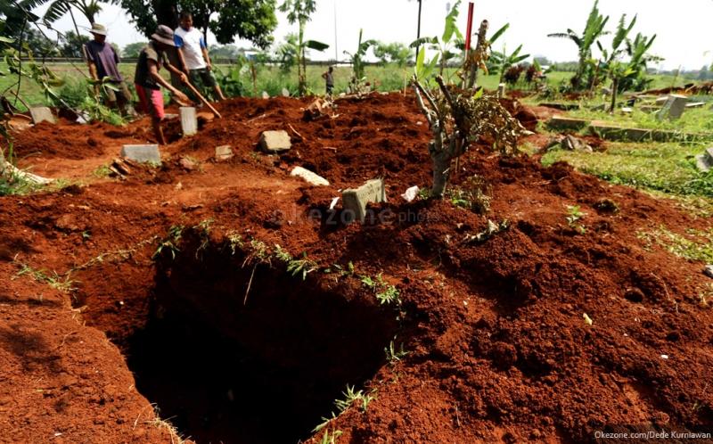 Kwikku, Mengusap Tanah Kuburan ke Mata