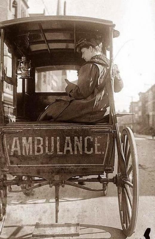 Kwikku, Gimana menurut kalian dengan foto lawas yang satu ini Sangat klasik bukan Sangat berbeda dengen tampilan ambulans di era modern ini