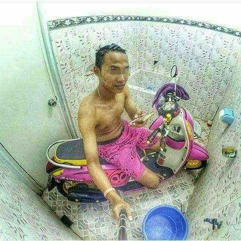 Kwikku, Banyak loh orang yang cinta banget sama kendaraannya sampaisampai rela mandi bareng di kamar mandi bareng motor kesayangannya