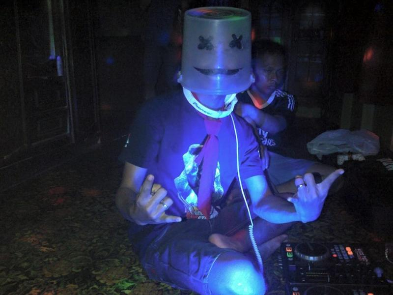 Kwikku, Udah ngebet banget pengen jadi seorang DJ terkenal seorang DJ gadungan menyamar menjadi DJ Marsmelow dan mengupload fotonya di medsos