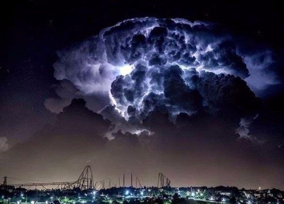 Kwikku, Bertepat di atas langit sebuah kota foto ini di abadikan oleh seorang fotografer profesional ketika terjadinya petir dahsyat di atas langit yang berawan pekat
