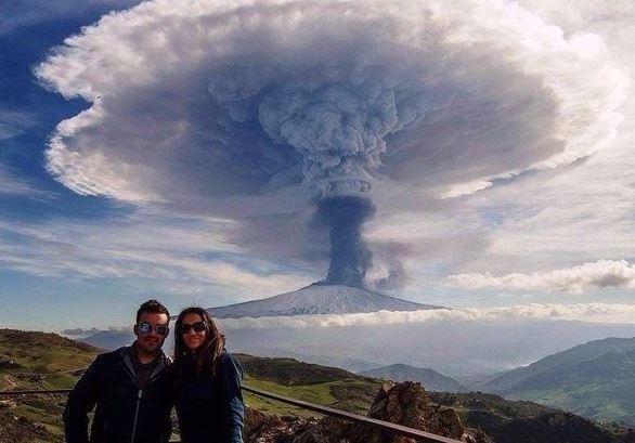 Kwikku, Sepasang kekasih dalam foto ini nampaknya sedang mengabadikan suatu momen erupsi gunung merapi secara langsung Sungguh kejadian alam yang sangat memukau dan juga sangat berbahaya Mereka seharusnya tidak boleh berada di sana lamalama