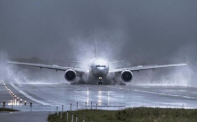 Kwikku, Inilah pemandangan ketika sebuah pesawat terbang dengan sangat heroik mencoba untuk mendarat di sebuah lapangan terbang ketika terjadinya badai besar yang bisa saja menggelincirkan pesawat tersebut