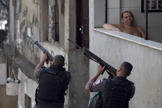 Kwikku, Di saat satuan kepolisian sibuk mengatasi kriminal si opa malah nyantai aja gituu
