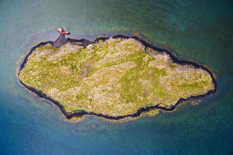 Kwikku, Nampak sebuah pulau kecil yang rata tanpa ada bukit maupu pohon satupun