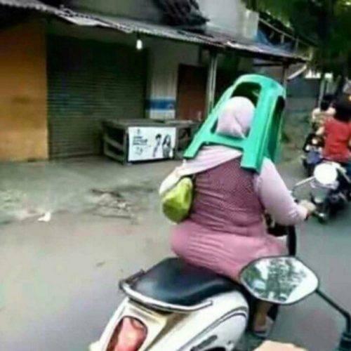 Kwikku, Karena gak punya helm kursi di rumahpun bisa jadi alternatif untuk menghindari kejaran polisi