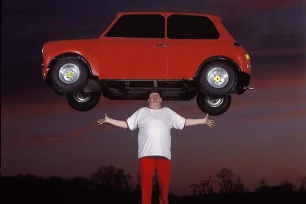 Kwikku, John Evans memiliki rekor yang tidak bisa di bandingan dengan rekor biasa lainnya Dengan posisi badan yang tegap John mampu untuk menyeimbangkan mobil seberat  kg di kepalanya