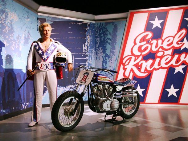 Kwikku, Evel Knievel tercatat sebagai orang yang memiliki rekor patah tulang terbanyak yaitu sebanyak  kali dari berbagai kecelakaan sepeda motor ketika sedang menjalankan atraksinya