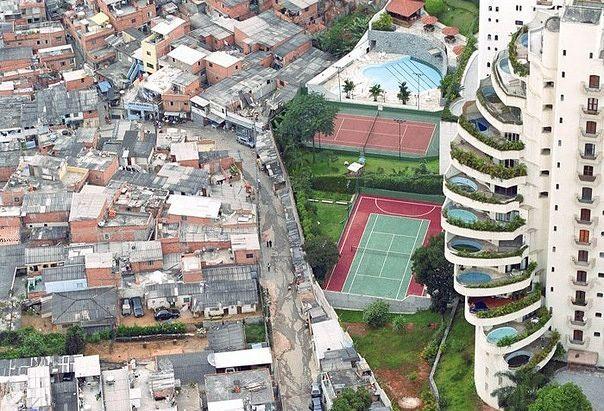 Kwikku, Dari potret ini sangatlah nampak ada tembok pembatas yang membatasi antara wilayah si miskin dan si kaya