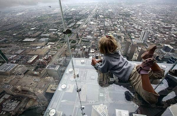 Kwikku, Foto ini di ambil dari salah satu gedung pencakar langit di Chicago dengan lantai dan pagar kaca membuat bangunan ini sangat ekstrim