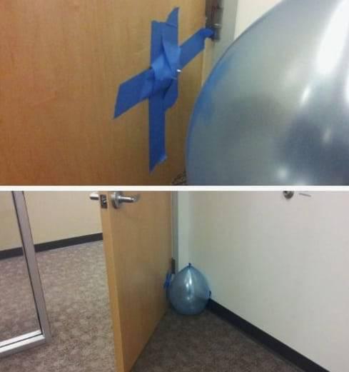Kwikku, Mulai sekarang kalian harus lebih berhatihati dalam membuka pintu bukan hanya bunyi terompet saja sekarang letusan balon juga bisa menjadi alternatif prank paling gokil dalam dunia kantoran