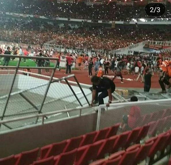 Kwikku, Nampak jelas dalam potret ini beberapa pagar pembatas antara lapangan dengan kursi penonton runtuh yang di akibatkan oleh berbagai tindakan anarkis ratusan supporter Mereka akhirnya memenuhi seluruh bagian lapangan