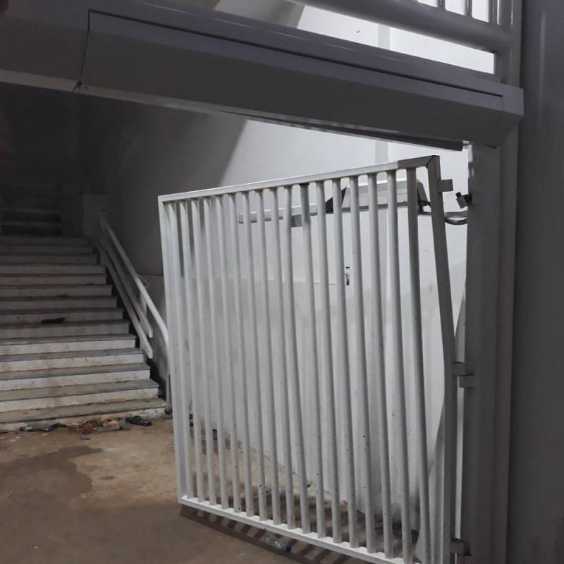 Kwikku, Karena banyaknya orang yang saling dorong mendorong dan menerobos masuk ke dalam stadium beberapa pagar pembatas yang berfungsi untuk mengatur lalu lintas pengunjung akhirnya rusak setelah baru saja selesai di renovasi bulan lalu