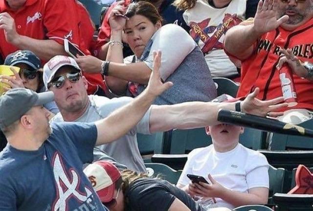Kwikku, Kita tak pernah tau kapan bahaya akan datang Pemukul bola besbol tersebut terbuat dari besi dan baru saja hampir memecahkan kepala seorang anak Untung si bapak cepat tanggap
