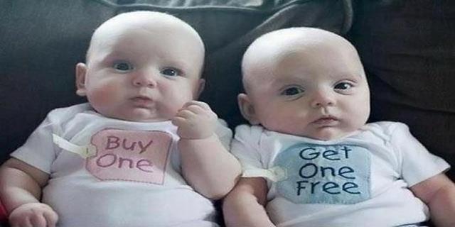 Kwikku, Si dedek di pakein baju kembar karena mereka berdua juga kembar Coba lihat tulisannya asal banget tuh yang bikin baju wkwkwkwk