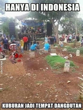 Kwikku, Bukan hanya pesta di lapangan yang penuh dengan tanah saja Pesta ria di kuburan juga bisa menjadi tren di Indonesia