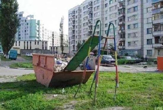 Kwikku, inilah serodotan paling sedeng sedunia Siapa juga yang mau nyemplung di gundukan sampah