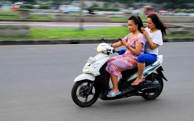 Kwikku, Pake HP ketika mengendarai sepeda motor tak pernah di lakukan oleh bule di negara asalnya Hal ini sangat di anggap ajaib oleh bule