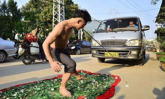 Kwikku, Pas lagi keliling di jalanan kota tibatiba ketemu pertunjukan kaya limbat Narik mobil pake gigi sambil jalan di beling