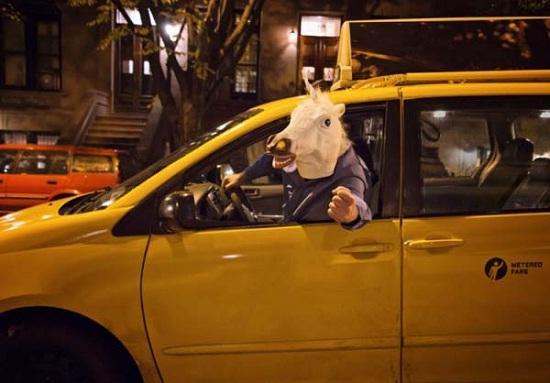 Kwikku, Ini pemandangan ketika kalian sedang berhenti di lampu merah dan ketemu dengan supir yang menggunakan topeng kuda