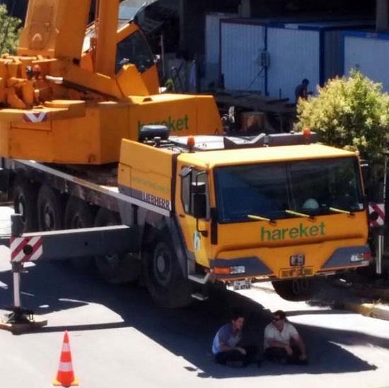 Kwikku, Ada alat berat sedang parkir di pinggir jalanan karena ada kontruksi lalu di bawahnya ada yang lagi nyantai sambil have a good talk alat roboh modar lu pada