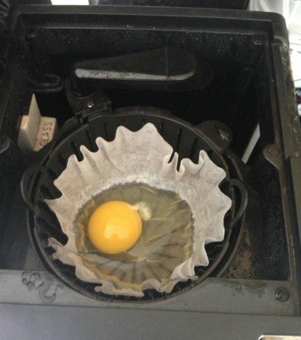 Kwikku, Ceritanya mau masak telur dan membuat kopi di pagi hari Ekh jadinya gak sengaja malah telurnya di pecahin dalam saringan kopi Berantakanlah momen di pagi ini