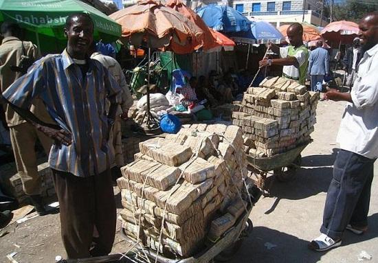 Kwikku, Inilah potret para penduduk zimbabwe ketika akan membeli beras di pasar Uangnya gepokkan men