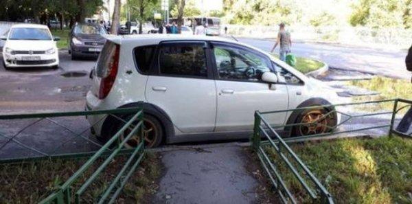 Kwikku, EGP banget nih orang Udah tau jalan cuma setapak ekh dia malah parkir di tengahnya