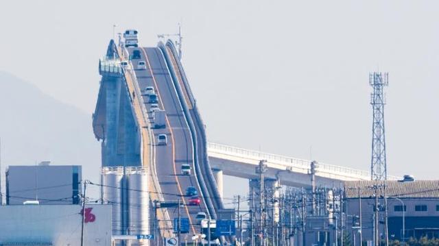 Kwikku, Jembatan Eshima Ohashi Jepang yang diklaim jembatan paling mengerikan di dunia karena memiliki turunan sangat curam