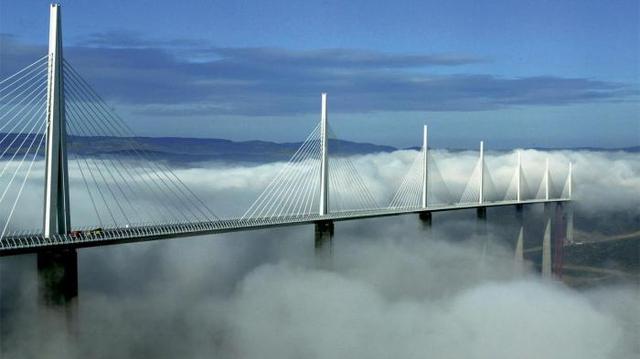 Kwikku, Jembatan Millau Viaduct Prancis melintasi lembah dari Sungai Tarn dekat Kota Millau di selatan Prancis ini dinobatkan sebagai satu jembatan tertinggi di dunia