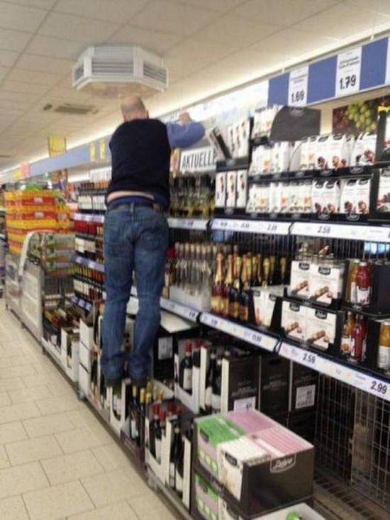 Kwikku, Botol wisky paling mahal di jadikan sebagai tempat pijakan