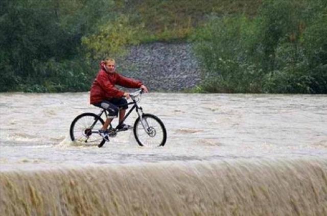Kwikku, Di larang bersepeda di tengah sungai dengan air yang sangat deras seperti ini