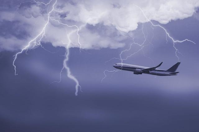 Kwikku, Pesawat bisa tersambar petir