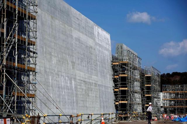 Kwikku, Pembangunan dinding ini sempat membuat beberapa pembangunan perumahan di sekitar menjadi terhenti